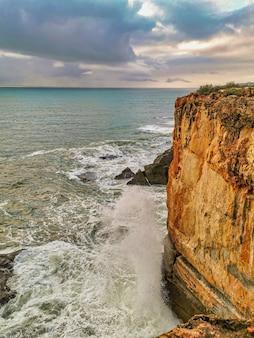De grosses vagues frappent des rochers à cascais portugal