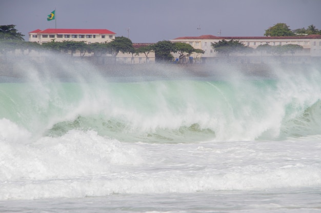 De grosses vagues s'écrasant sur la plage de copacabana lors d'une grosse houle qui a frappé la ville