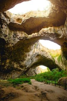 Grotte de devetashka en bulgarie