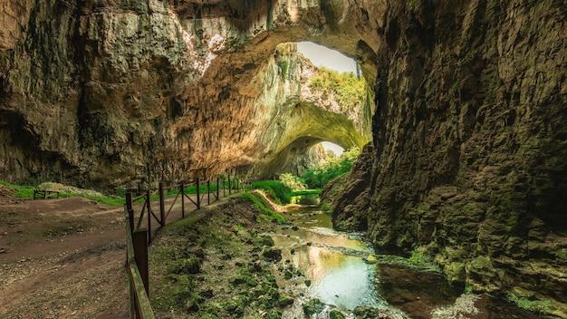 Grotte devetashka en bulgarie
