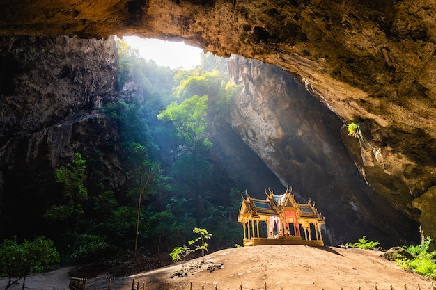 Grotte étonnante de phraya nakhon dans le parc national de khao sam roi yot à prachuap khiri khan