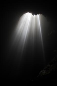 Grotte de jomblang près de la ville de yogyakarta, java, indonésie