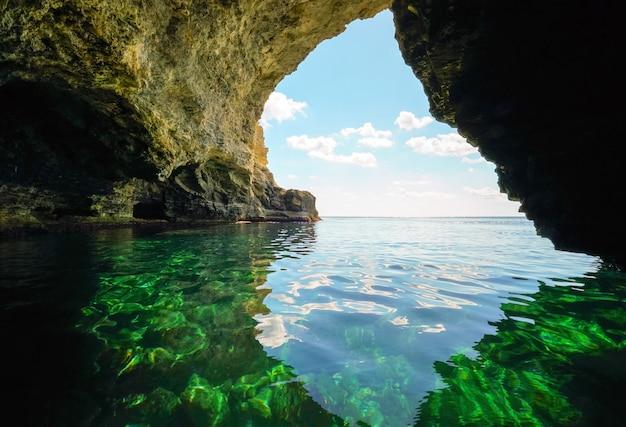 Grotte de la mer dans le rocher par une belle journée ensoleillée.