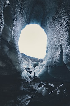 Grotte Avec De La Neige Pendant La Journée Photo gratuit