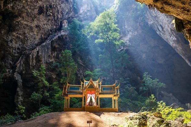 Grotte de phraya nakhon. parc national de khao sam roi yot en thaïlande