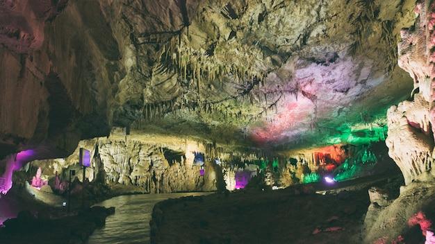 Grotte de stalactites et stalagmites