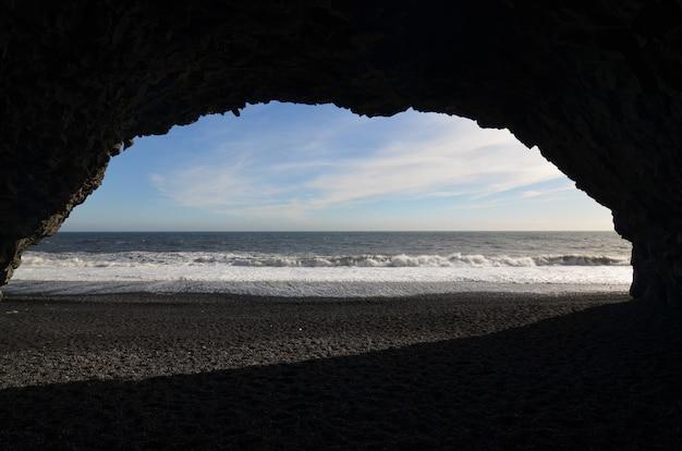 Grotte trouvée sur une plage de reynsifjara à vik en islande