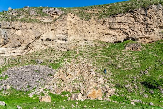 Grottes anciennes dans une falaise abrupte