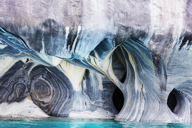 Grottes de marbre inhabituelles sur le lac de general carrera, patagonie, chili.