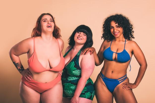 Groupe de 3 femmes surdimensionnées posant en studio