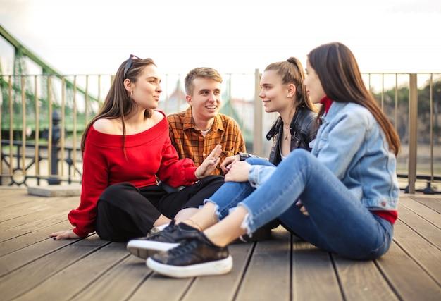 Groupe d'adolescents assis sur une terrasse