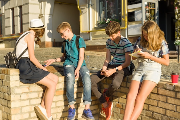 Groupe d'adolescents en communication et loisirs