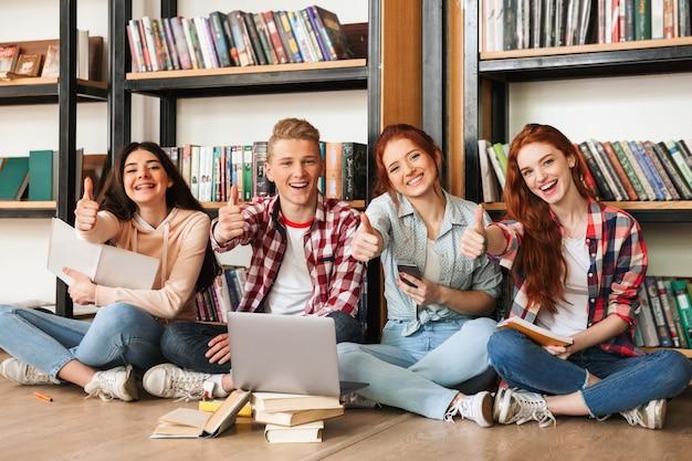 Groupe d'adolescents confiants