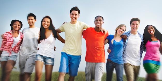 Groupe d'adolescents ethniques divers heureux