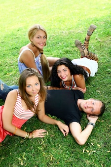 Groupe d'adolescents garçons et filles