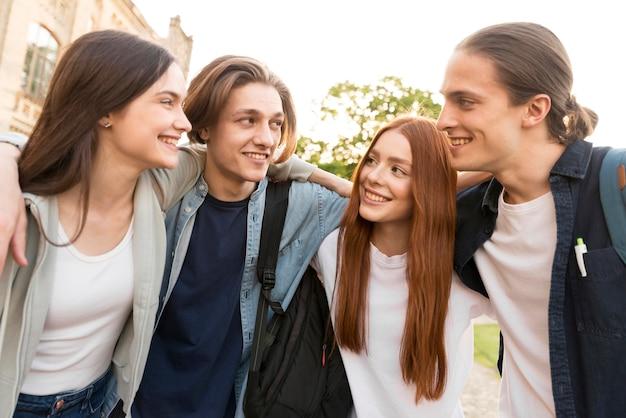 Un groupe d'adolescents heureux d'être de retour à l'université