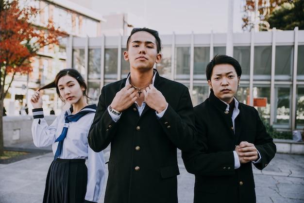 Groupe d'adolescents japonais, moments de vie dans une journée d'école