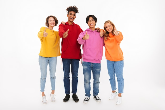 Groupe d'adolescents joyeux isolés, donnant les pouces vers le haut