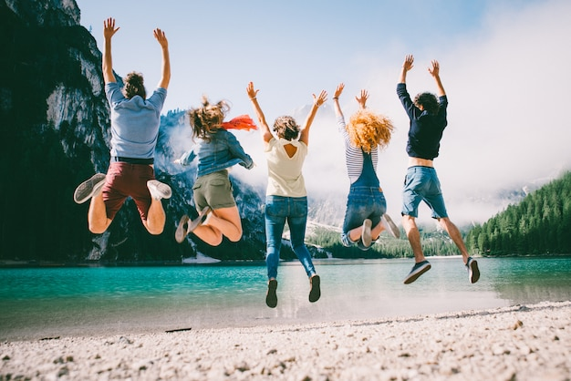 Groupe d'adolescents passant du temps sur la plage du lac
