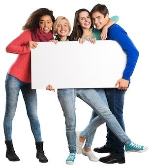 Groupe d'adolescents tenant une bannière vierge