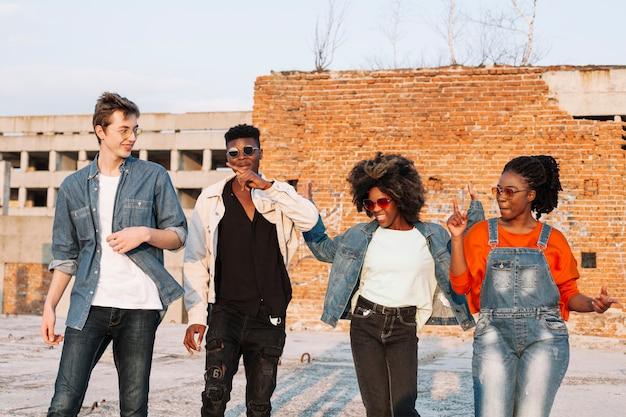 Groupe d'adolescents traîner ensemble