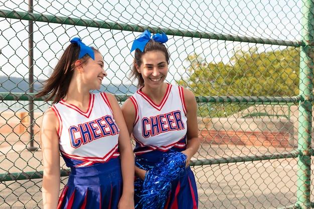 Groupe d'adolescents en uniforme de pom-pom girl mignon