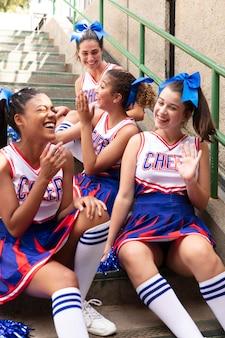 Groupe d'adolescents en uniforme de pom-pom girl