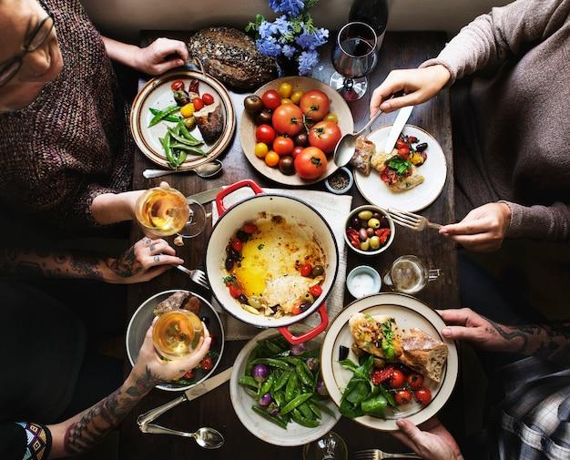 Groupe d'adultes lors d'un dîner