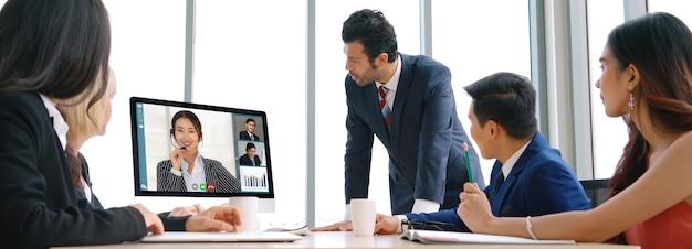 Groupe d'affaires d'appel vidéo se réunissant sur un lieu de travail virtuel ou un bureau distant