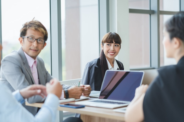 Groupe d'affaires asiatiques à l'écoute de l'équipe de réunion de collègue au bureau. présentation de réunion de l'équipe d'affaires, conférence business planning concept