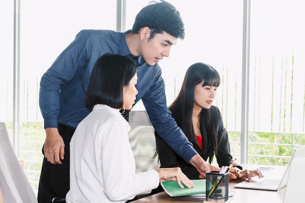 Groupe d'affaires parlant et travaillant avec un nouveau projet de démarrage au bureau. concept commercial
