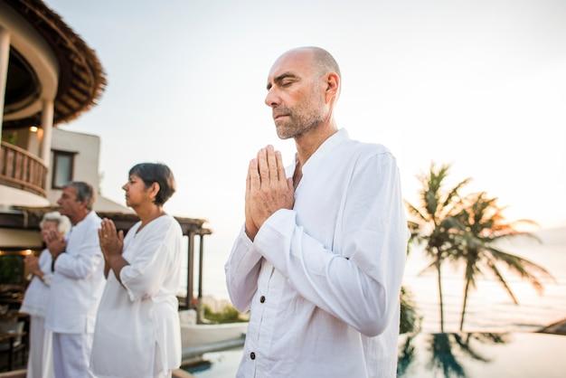 Groupe d'aînés pratiquant le yoga le matin
