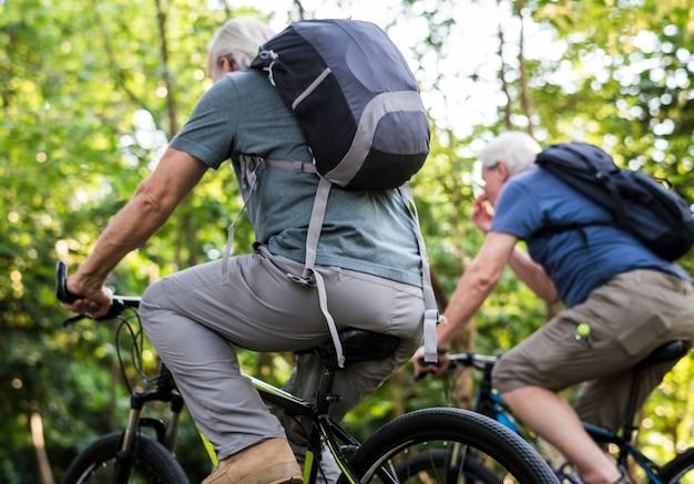 Groupe d'aînés à vélo dans le parc