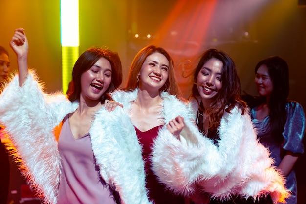 Groupe d'ami de femmes s'amusant à la fête en club de danse