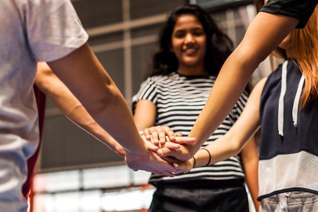 Groupe d'amis adolescents sur un concept de travail d'équipe et de convivialité sur un terrain de basket