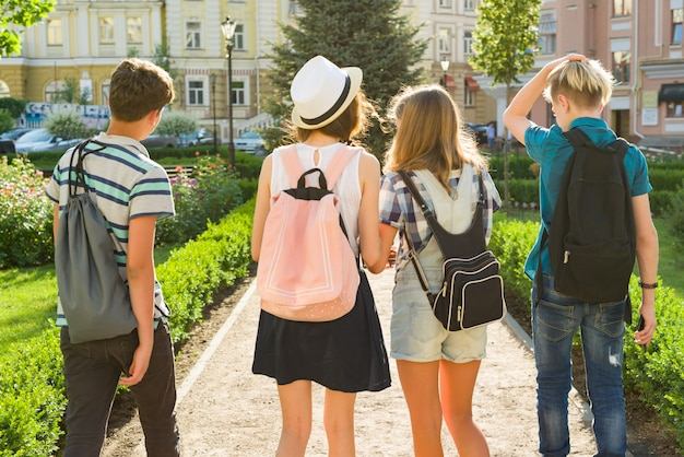 Groupe d'amis adolescents heureux
