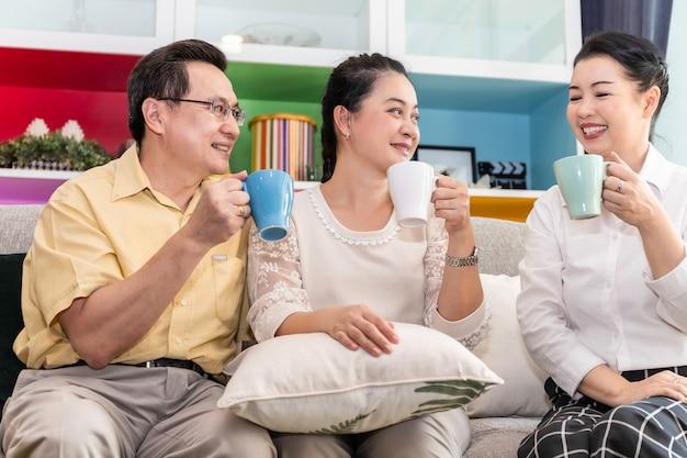 Groupe d'amis aînés retraités asiatiques réunion et boire du café dans une maison de soins infirmiers.