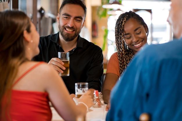 Groupe d'amis appréciant de boire un verre de bière ensemble dans un bar ou un pub. notion d'amis.