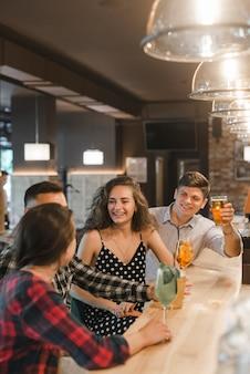 Groupe d'amis appréciant les boissons au chiot