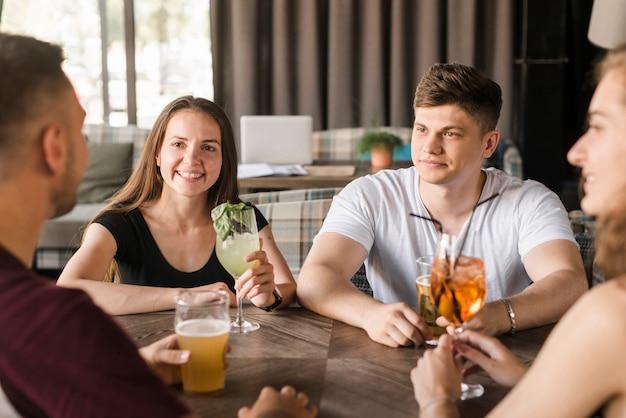 Groupe d'amis appréciant des boissons au restaurant