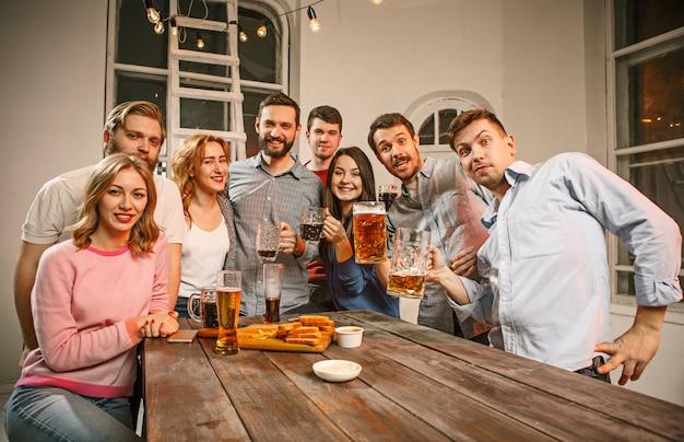 Groupe d'amis appréciant les boissons du soir avec de la bière
