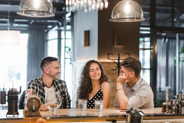 Groupe d'amis appréciant dans le bar