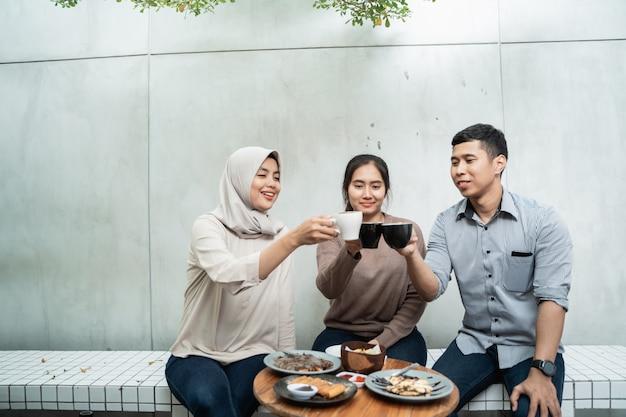 Groupe d'amis appréciant ensemble dans un café