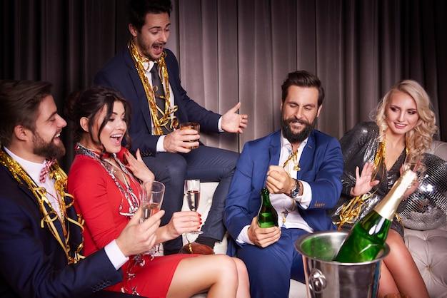 Groupe d'amis en attente de champagne