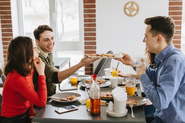 Groupe d'amis au restaurant