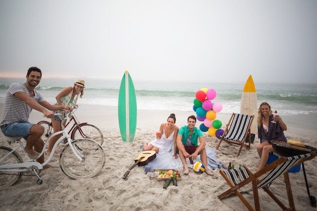 Groupe d'amis ayant un pique-nique sur la plage
