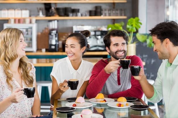 Groupe d'amis ayant une tasse de café ensemble