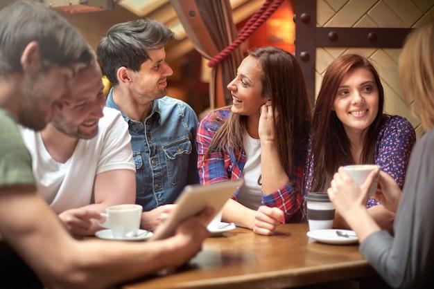 Groupe d'amis bénéficiant dans un café