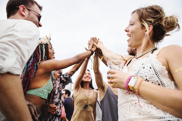 Groupe d'amis et de bières profitant du festival de musique ensemble