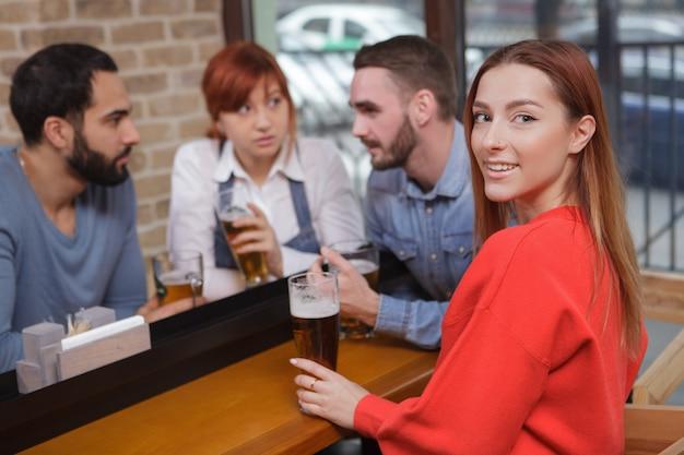 Groupe d'amis, boire de la bière au pub ensemble